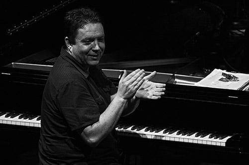 Kevin Bales aplaudiendo al público; © Álex García