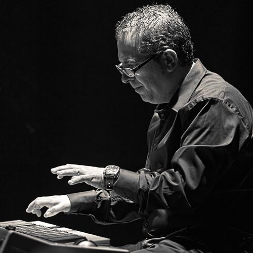 Pau Viguer atacando el piano; © Álex García